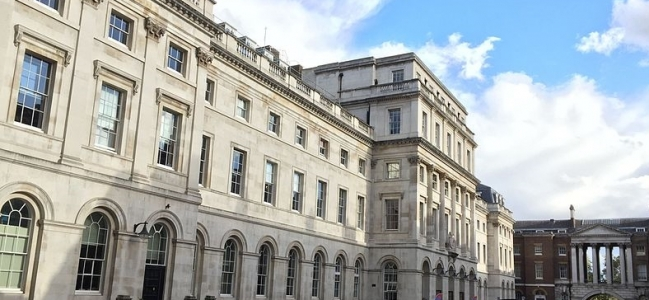 Photo: Department of War Studies, Somerset House, King's College London (KCL) by KiloCharlieLima, CC BY-SA 4.0 (https://commons.wikimedia.org/wiki/File:KCL_King%27s_Building_3_Final.jpg)