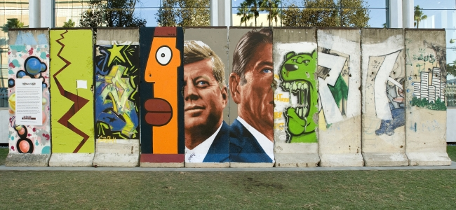 Photo: Berlin Wall on Wilshire Blvd (c) Wende Museum of the Cold War, Los Angeles